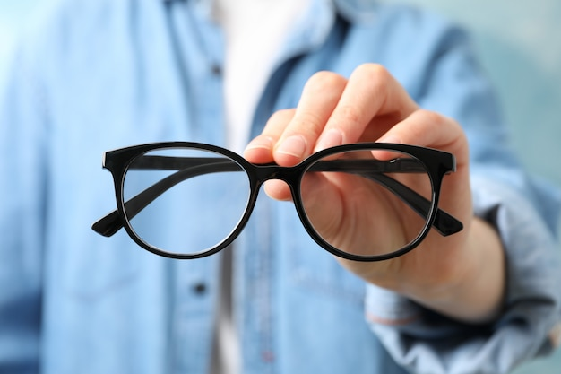 Personne, tenue, lunettes, main, fin, haut