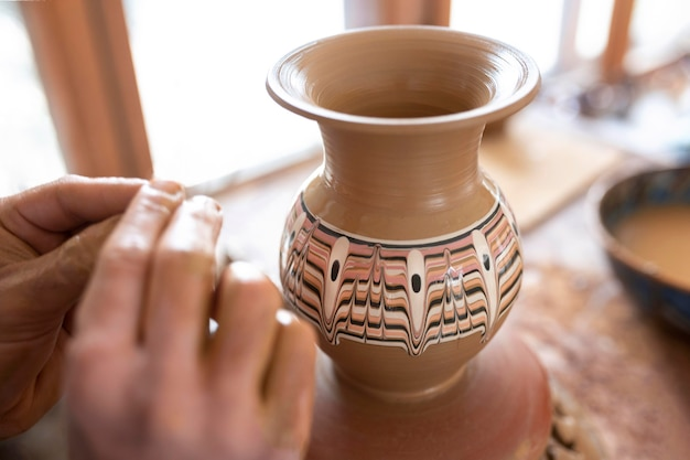 Personne travaillant dans un atelier de poterie