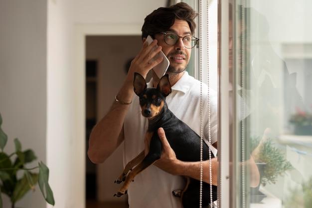 Personne travaillant à domicile avec un chien de compagnie