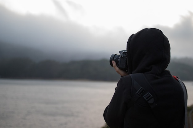 Personne utilisant un appareil photo reflex numérique