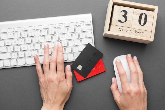 Personne utilisant un ordinateur portable et ayant des cartes d'achat