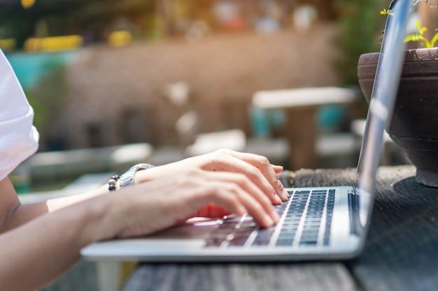 Personne utilisant un ordinateur portable pour travailler