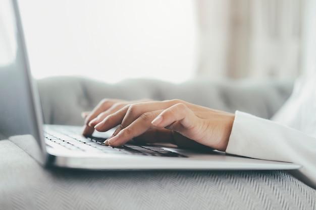 Personne utilisant un ordinateur portable