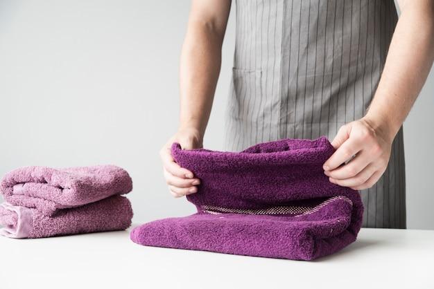 Personne vue de face pliant serviettes
