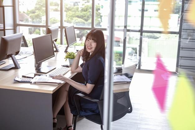 Personnel de la belle jeune femme assise au bureau