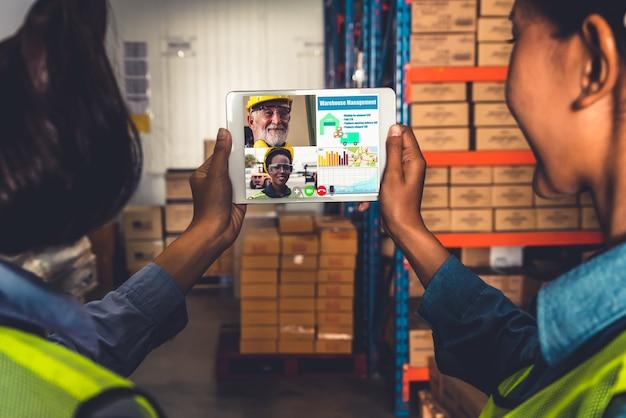 Le personnel de l'entrepôt parle sur appel vidéo
