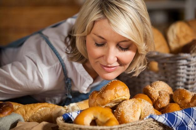 Personnel féminin sentant divers aliments sucrés