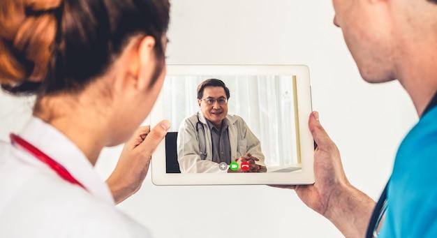 Le personnel de l'hôpital parle avec le médecin en ligne