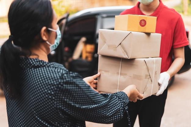 Le personnel de livraison livre les marchandises aux clients