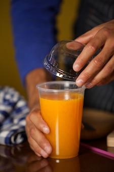 Personnel masculin mettant de la paille dans un verre