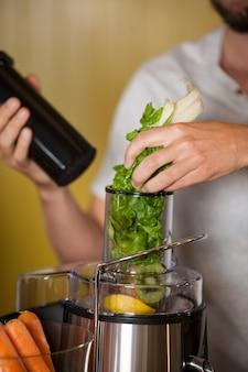 Personnel masculin préparant un jus