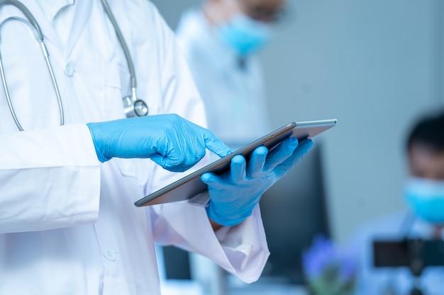 Personnel médical, médecin portant un masque de protection pour se protéger contre covid-19, concept de réseau de technologie médicale.