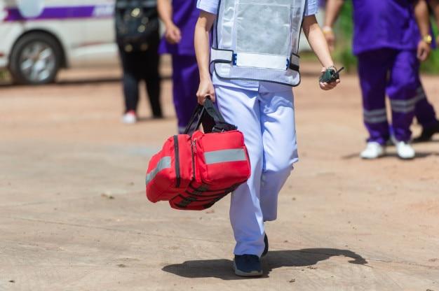 Le personnel médical porte le sac médical
