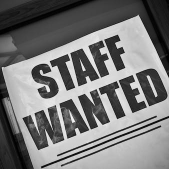 Personnel recherché - affiche d'offre d'emploi dans une vitrine. noir et blanc