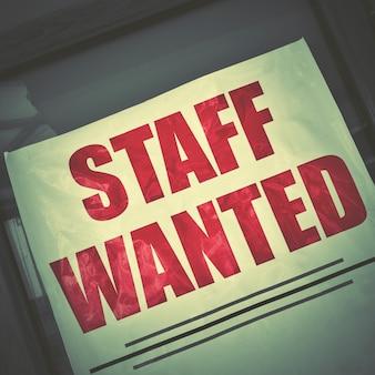 Personnel recherché - affiche d'offre d'emploi dans une vitrine. style rétro