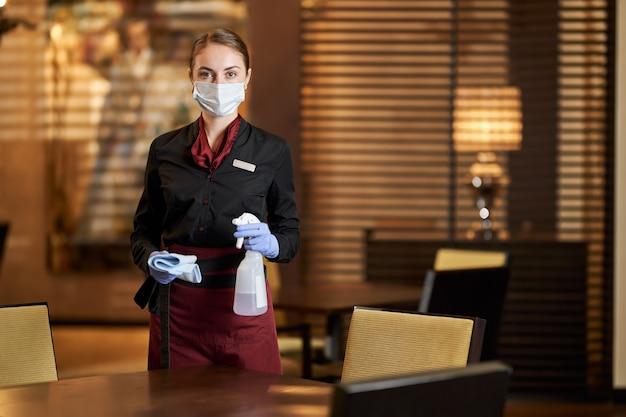 Personnel responsable du café en charge de la désinfection et du nettoyage