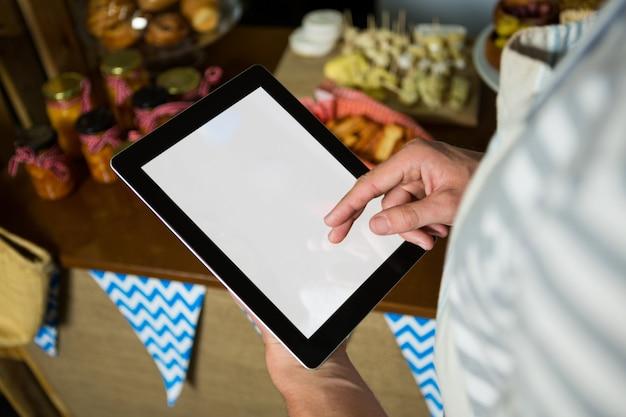 Personnel utilisant une tablette numérique dans une épicerie