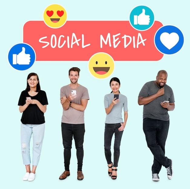 Personnes accro aux médias sociaux utilisant leur téléphone