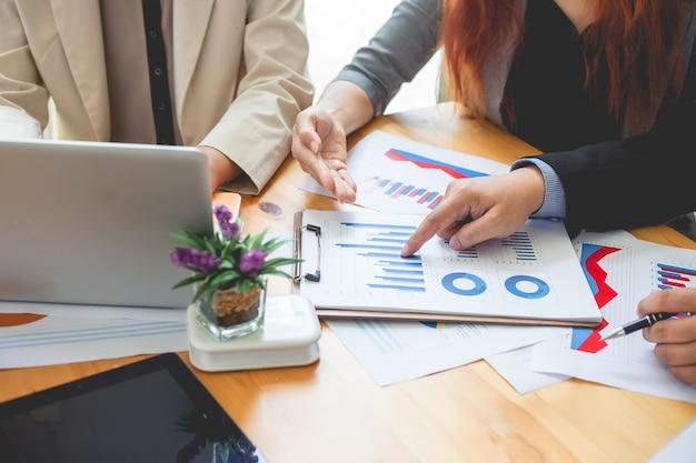 Personnes d'affaires rencontrées à travailler avec des rapports financiers.