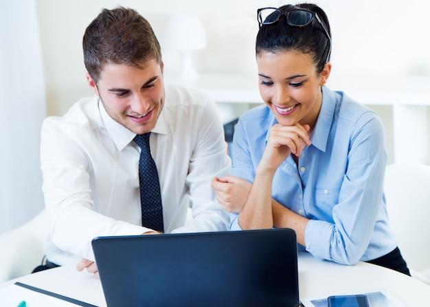 Personnes d'affaires travaillant dans le bureau avec un ordinateur portable.