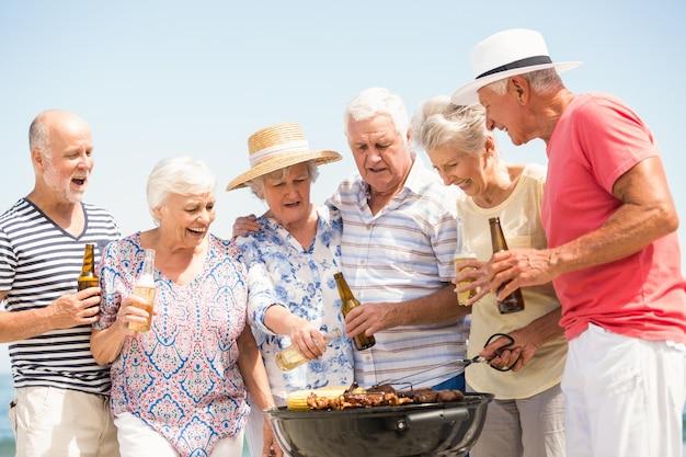 Personnes âgées ayant un barbecue