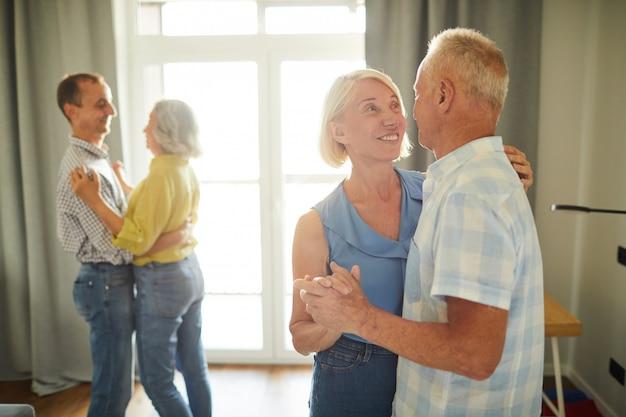 Personnes âgées danser lentement à la fête