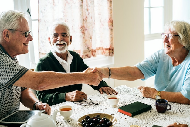Personnes âgées décontractées se serrant la main