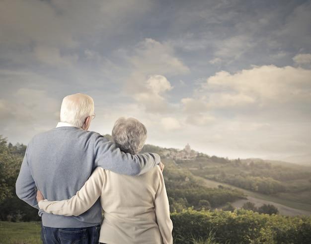 Personnes âgées en espérant