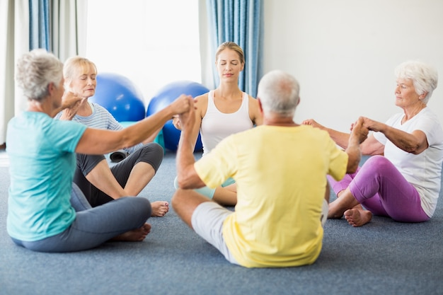 Personnes âgées, exécuter, yoga