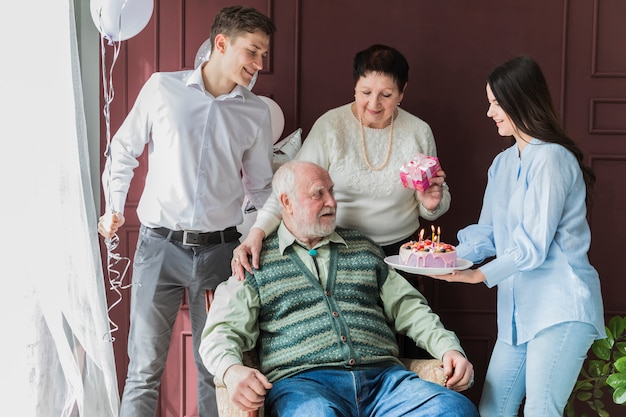 Personnes âgées fêtant leur anniversaire