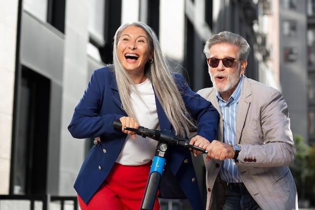 Personnes âgées heureuses s'amuser