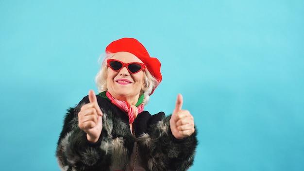Personnes âgées jolie retraité montre deux pouces posant