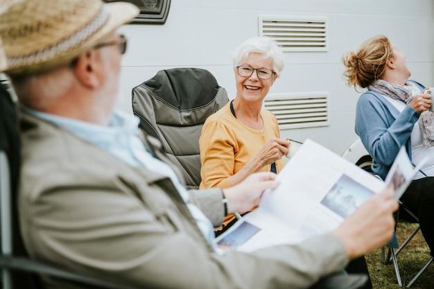 Personnes âgées lisant le journal
