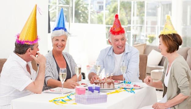 Personnes âgées lors de l'anniversaire à la maison
