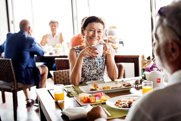 Personnes âgées prenant leur petit déjeuner