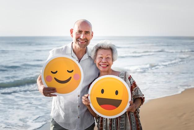Personnes âgées profitant d'une plage tropicale
