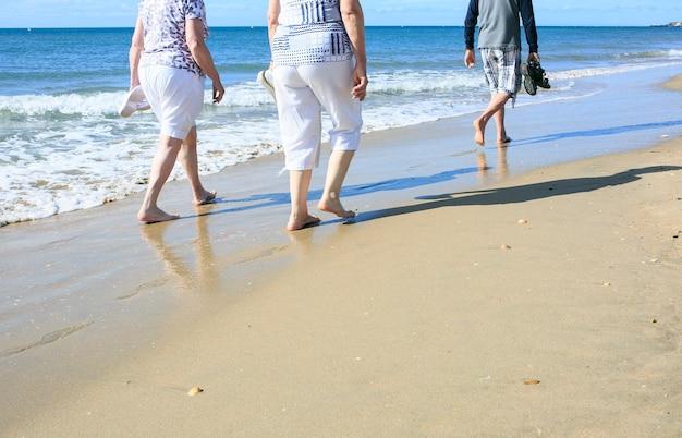 Les personnes âgées se promenant sur la plage