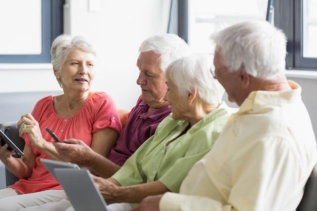 Personnes âgées utilisant des tablettes