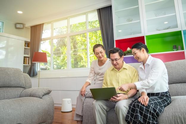 Personnes aînées asiatiques, grands parents à l'aide de tablette numérique à la maison, famille heureuse à l'aide du concept technologique