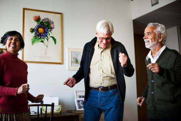 Personnes aînées dansant ensemble dans un salon