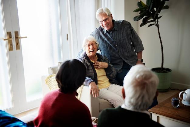 Personnes aînées parlant dans le salon