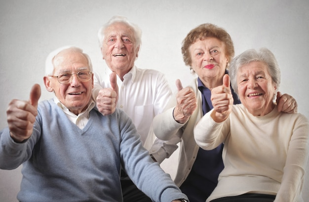 Personnes aînées avec le pouce levé