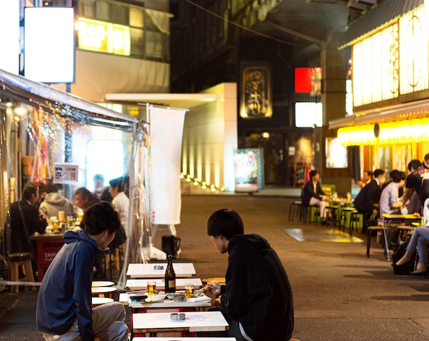 Les personnes appréciant la cuisine japonaise traditionnelle