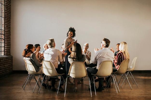 Personnes assises et parlant avec un groupe