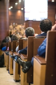 Personnes assistant au congrès assis dans des sièges