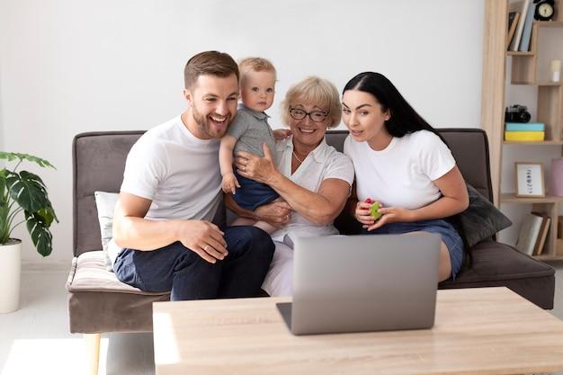 Personnes ayant un appel vidéo avec leur famille à la maison
