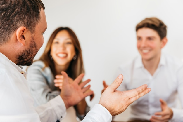 Personnes ayant une conversation à la réunion