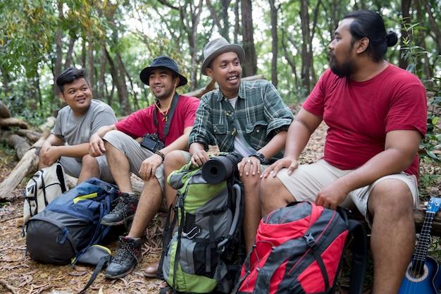Les personnes ayant une pause après la randonnée