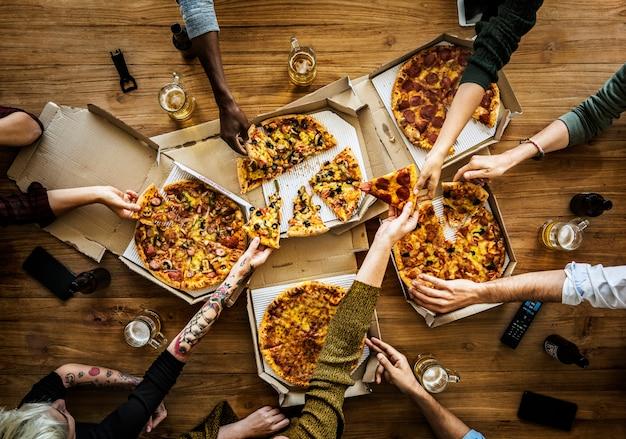 Personnes ayant une pizza
