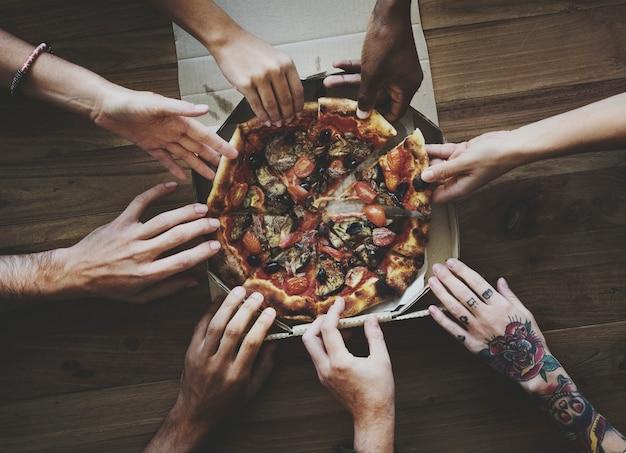 Personnes ayant une soirée pizza